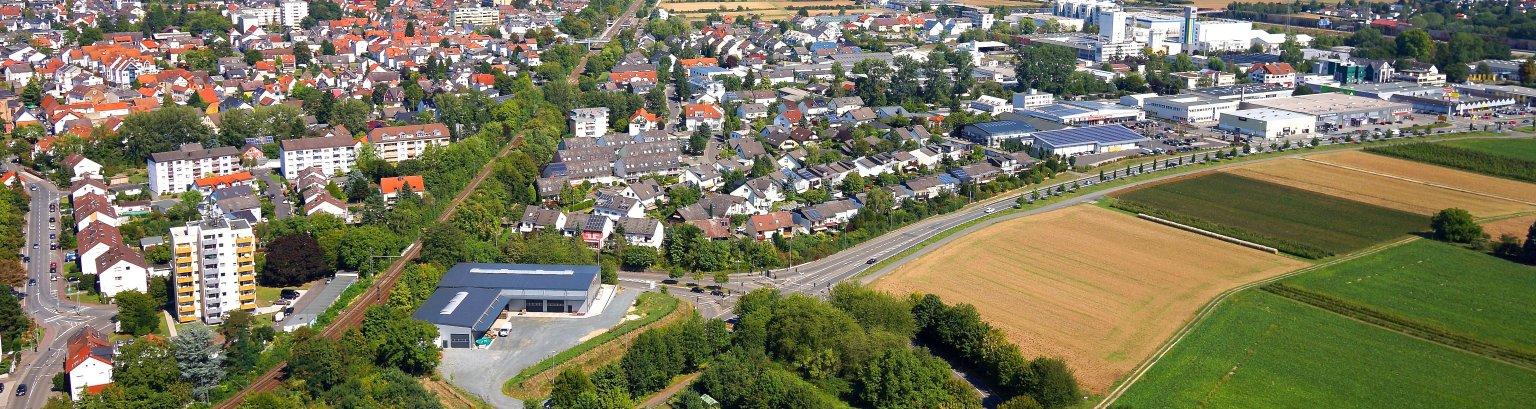 Eine Luftansicht von Kriftel - Am Horizont die Frankfurter Skyline, die Häuser von Kriftel und vorne das Hochfeld.