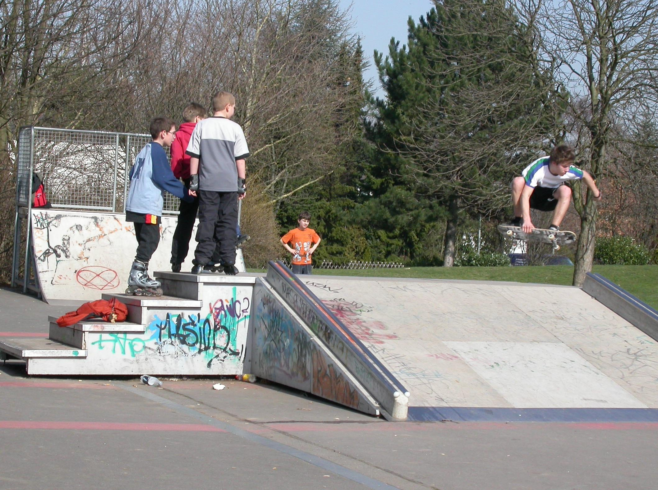 Skater auf dem Skateplatz im Freizeitpark