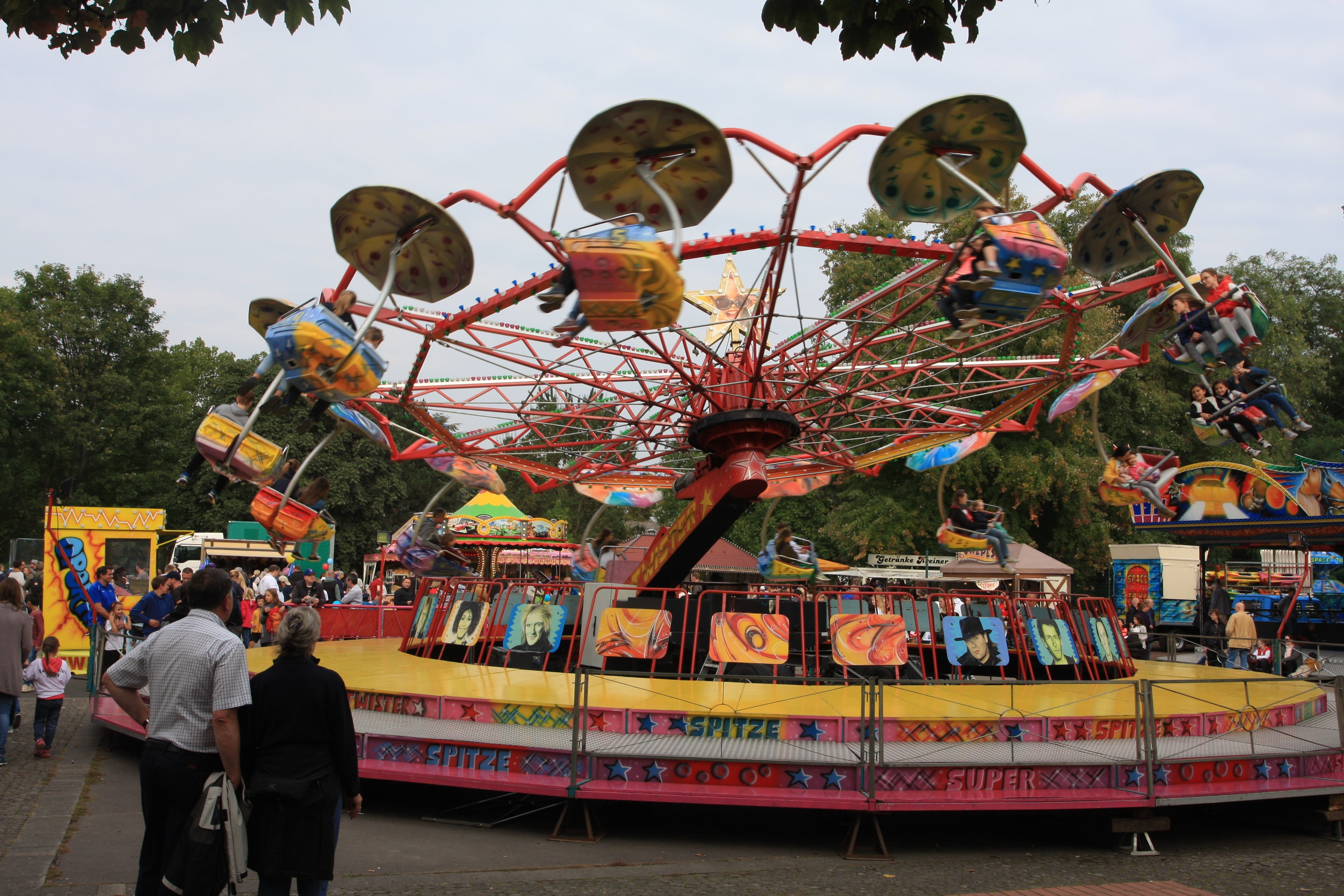 Kinderkarussell auf dem Festplatz während der Krifteler Kerb.