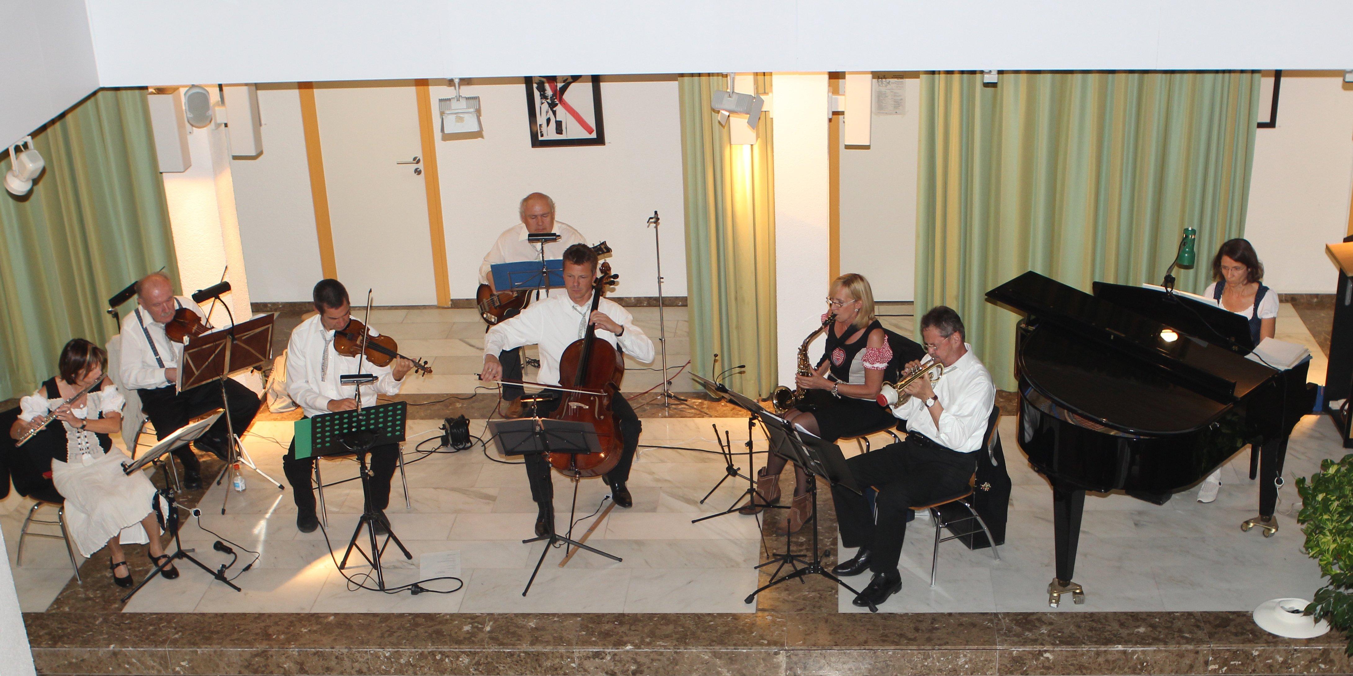 Mehrere musizierende Leute bei einem Konzert im Rathaus