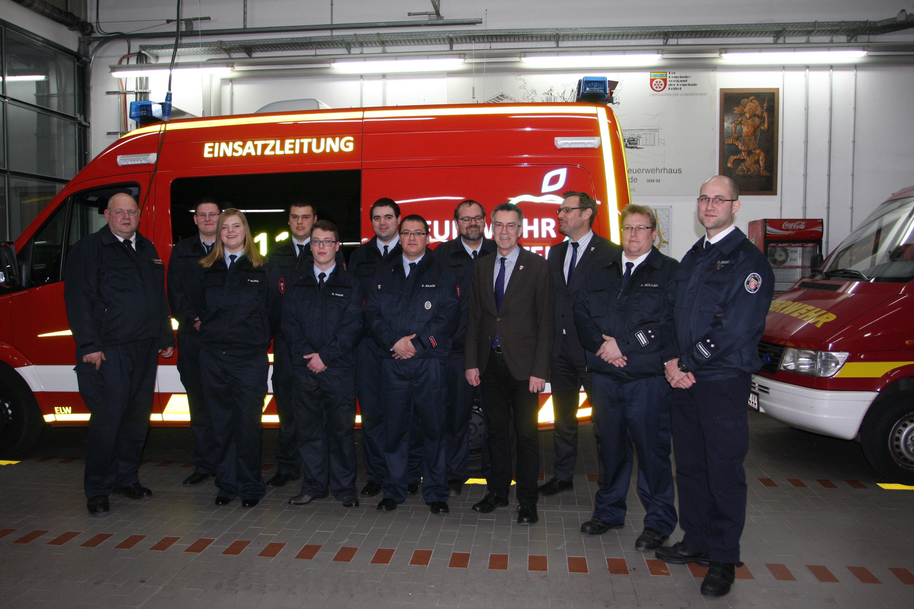 Gruppenbild von der Jahreshauptversammlung vor einem Feuerwehr-Einsatzfahrzeug