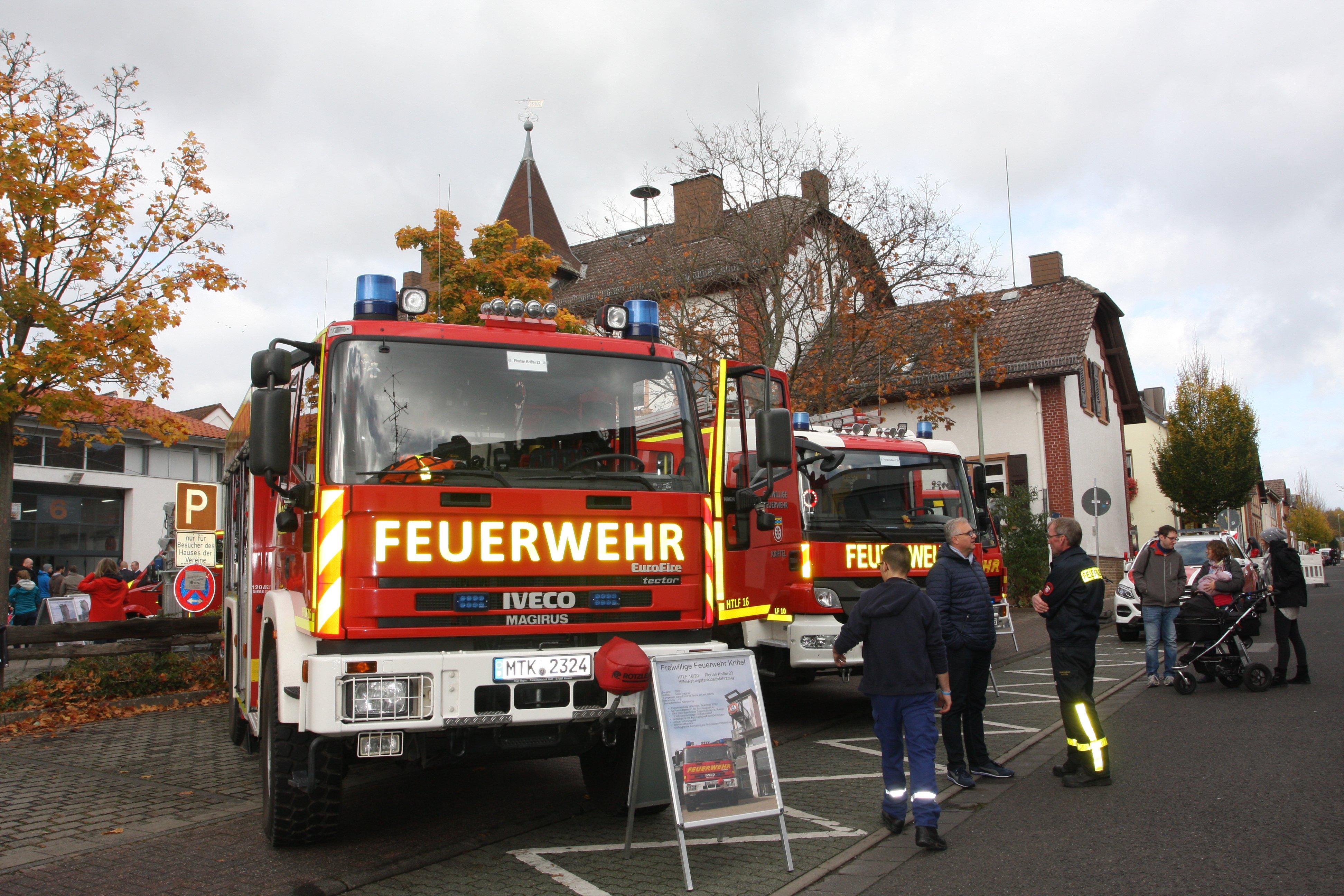 Zwei Einsatzfahrzeuge vor dem Gebäude der Feuerwehr beim Tag der offenen Tür