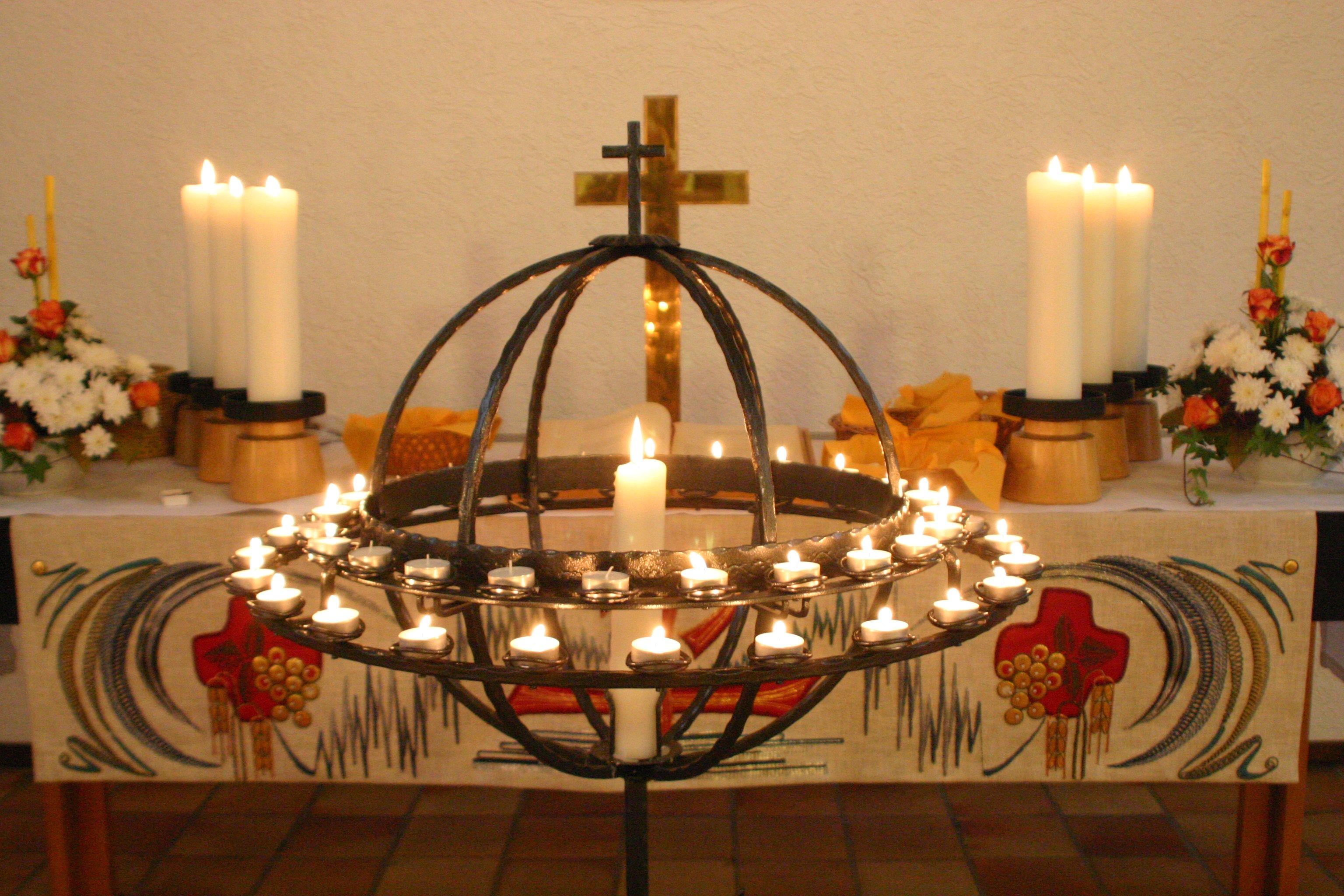 Ein Ring aus Kerzen in der Kirche