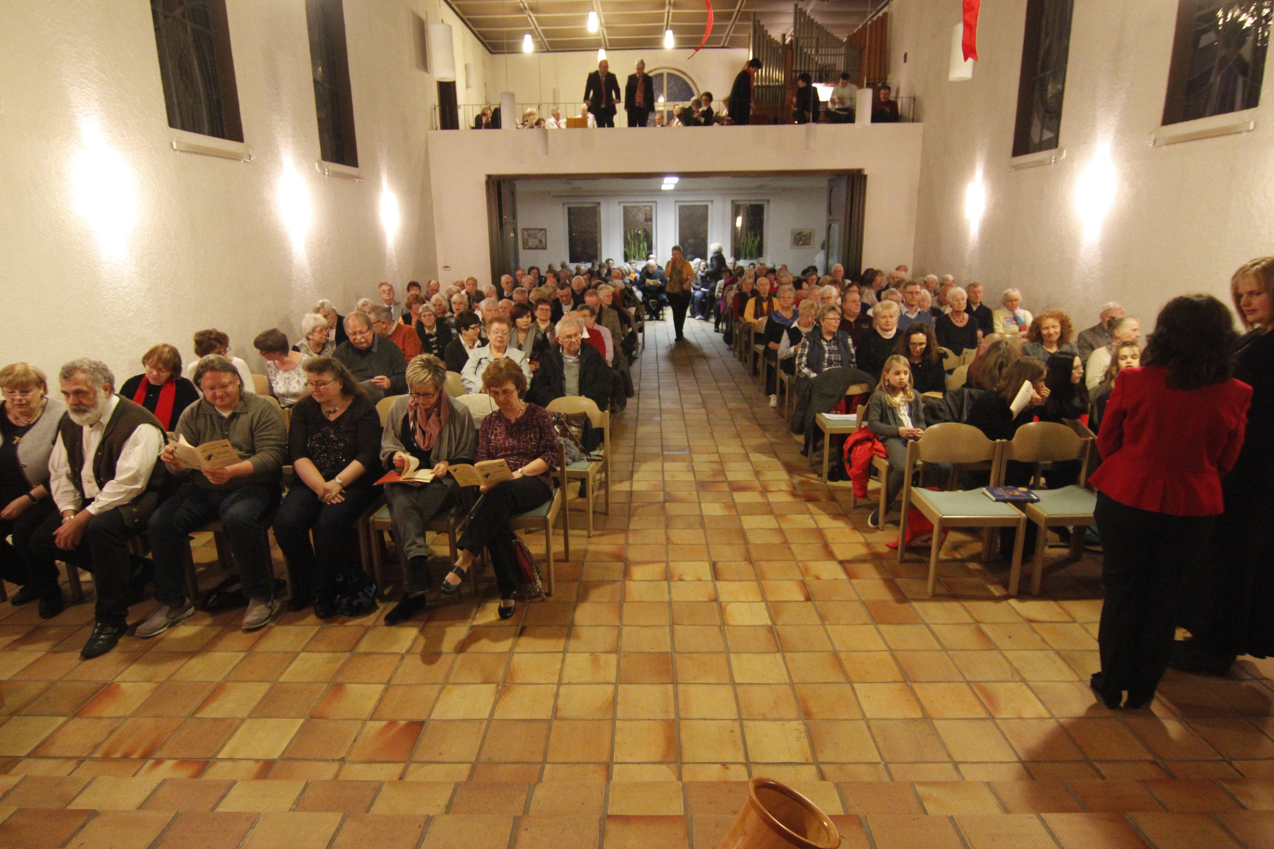 Bestuhlter und besetzter Kirchenraum beim Gottesdienst