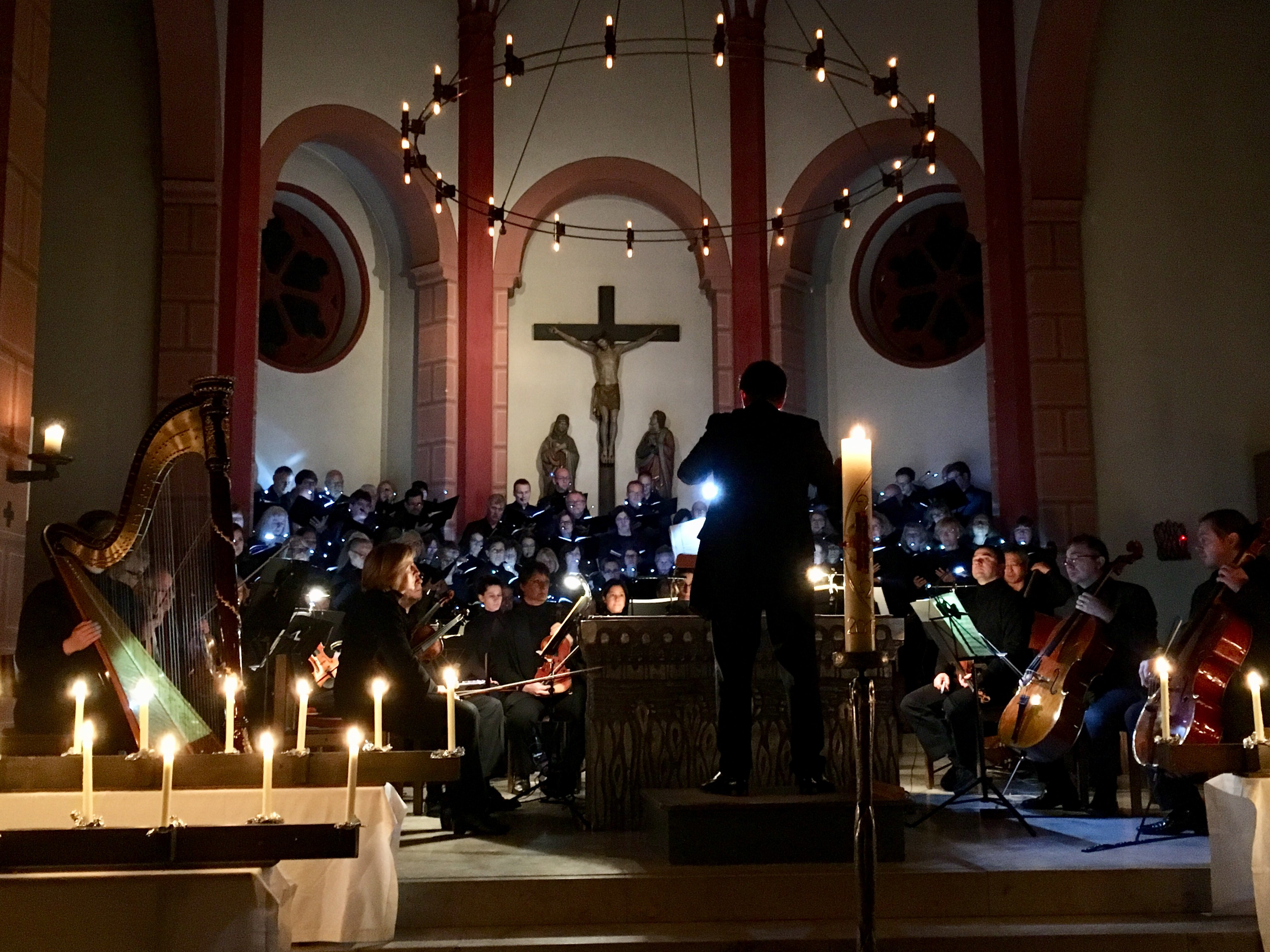 Ein Orchester in St. Vitus bei Kerzenlicht