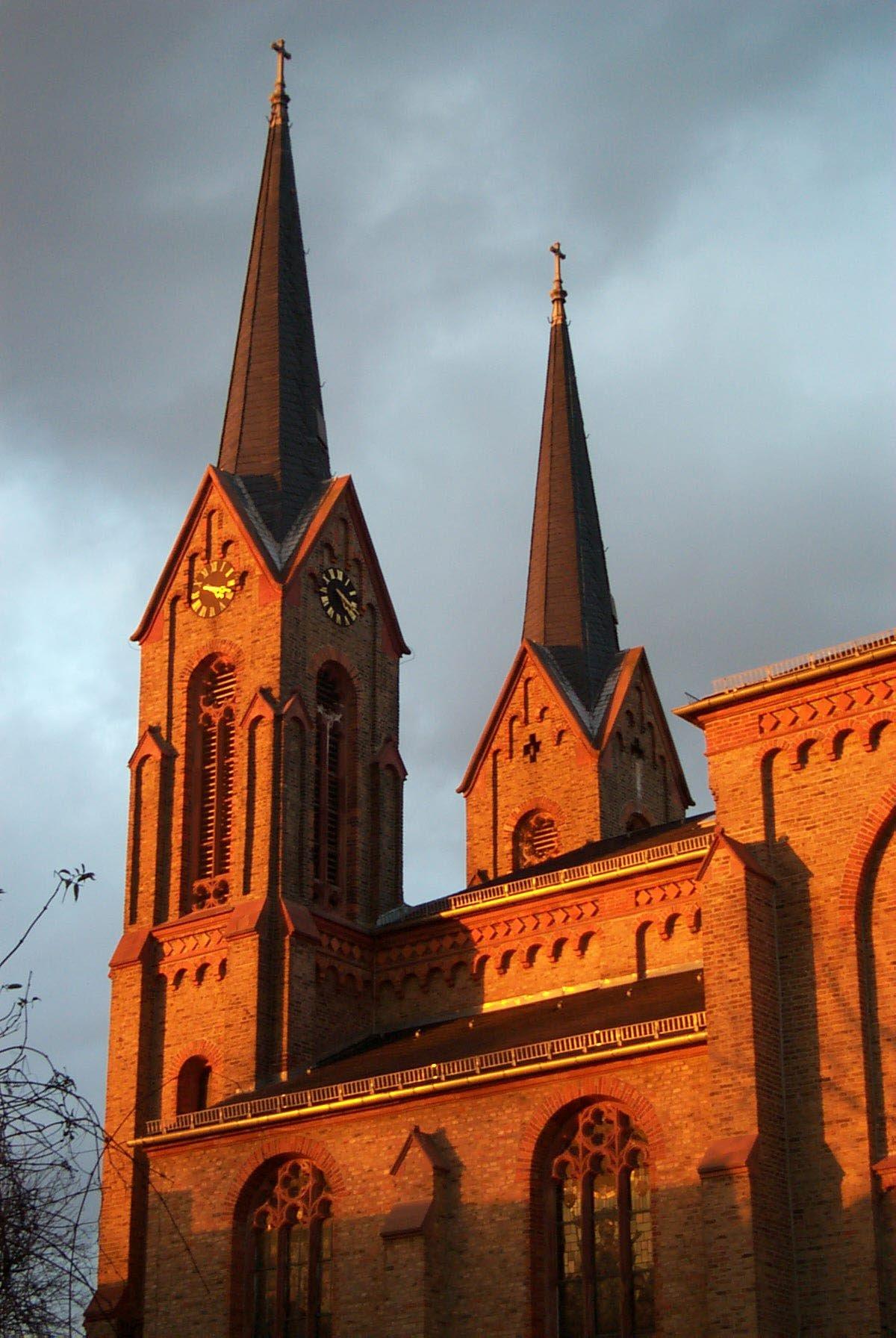 Die zwei Kirchtürme von St. Vitus im roten Licht des Sonnenuntergangs