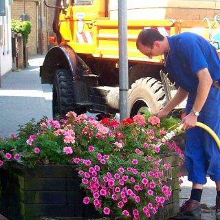 Der Außendienst beim Wässern der Blumenkübel.