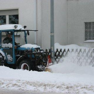 Der Winterdienst Kriftel bei der Arbeit.
