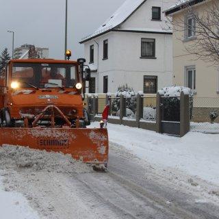 Der Winterdienst im Einsatz bei der Straßenräumung.